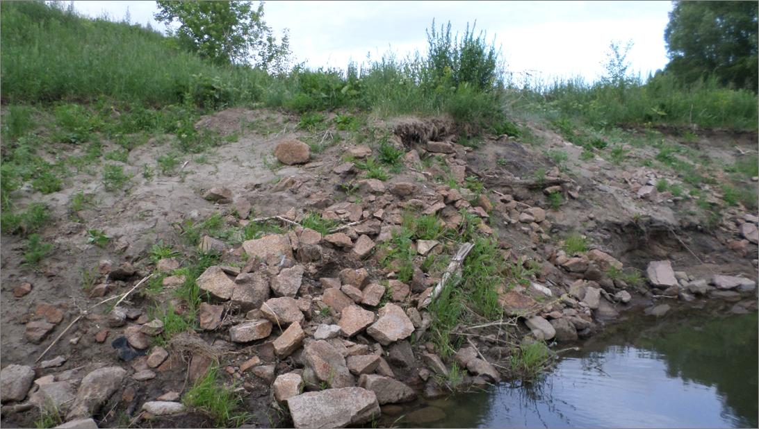 Граниты 1-ой фазы в левом борту реки Устьянки (фото А. Гусева)